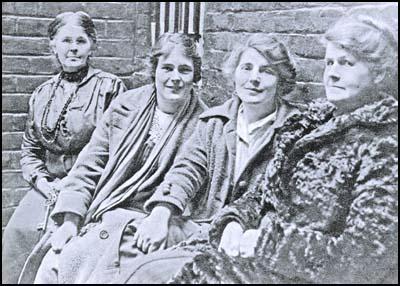 Right - left: Alice Wheeldon, Winnie Mason, Hettie Wheeldon and a guard, taken when on remand in 1917